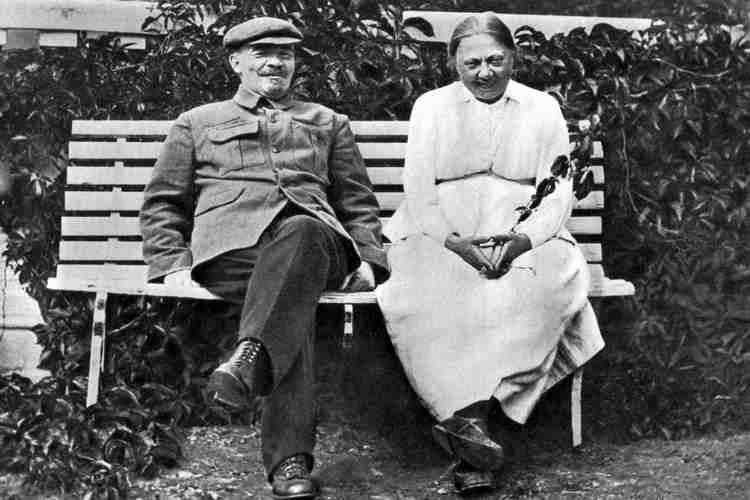 Н. Крупская с В. Лениным