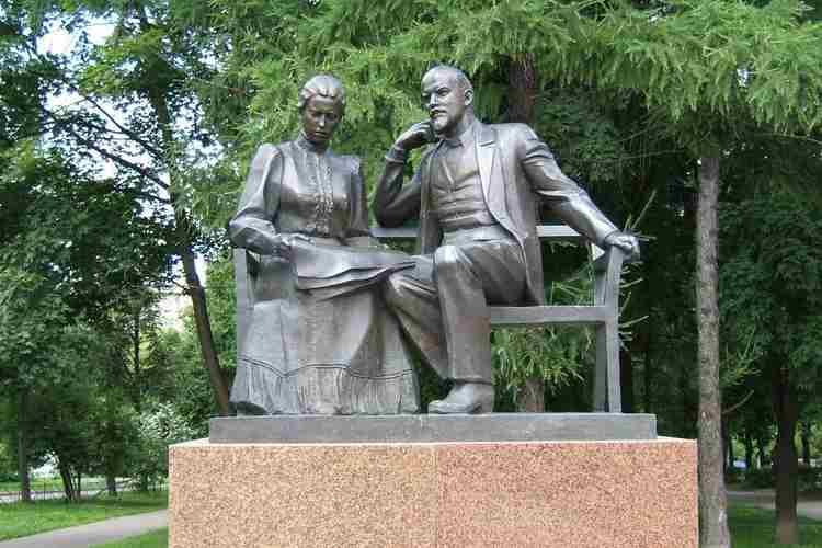 Памятник Крупской и Ленину